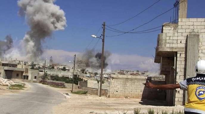 Das vom Syrischen Zivilschutz zur Verfügung gestelltes Bild vom 9. September zeigt eine Rauchwolke, die nach einen Luftangriff der syrischen Armee auf Hobeit bei Idlib aufsteigt.