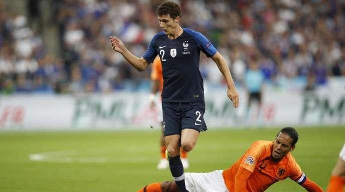 Der Franzose Benjamin Pavard (l) umspielt den Niederländer Virgil Van Dijk.