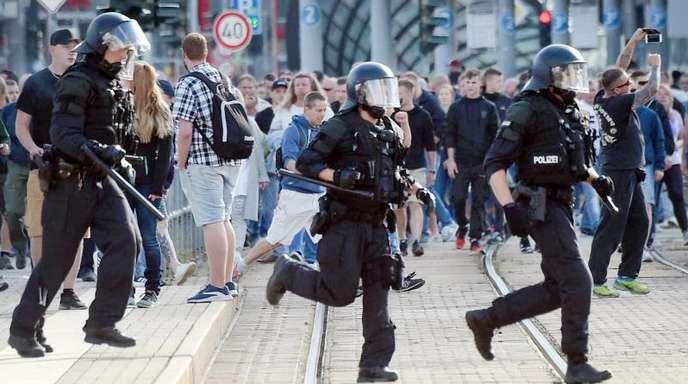 Im Laufschritt: Polizisten nach dem Abbruch des Stadtfestes Chemnitz am 26. August.