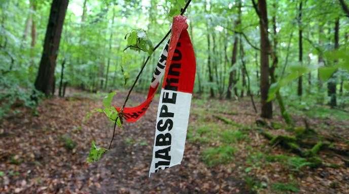 Reste von Absperrband der Polizei hängen im Sommer 2015 in einem Wald bei Kist. In dem Waldstück wurde der Entführte gefunden.