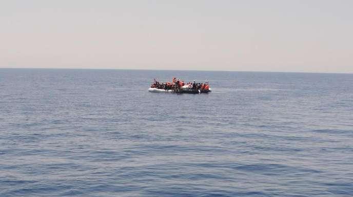 Ein vollbesetztes Schlauchboot mit Flüchtlingen auf dem Mittelmeer. Erneut hat es vor Libyen ein Unglück mit vielen Toten gegeben.