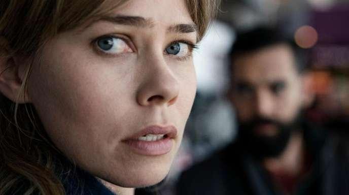 Victoria (Birgitte Hjort Sørensen) wird als Geisel gefangen gehalten, um für eine Terrororganisation eine Drohne zu programmieren.