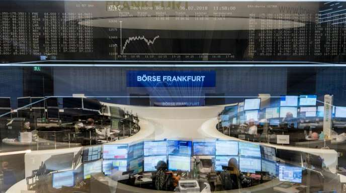 Händler verfolgen im Handelssaal der Börse in Frankfurt die Kursentwicklung.