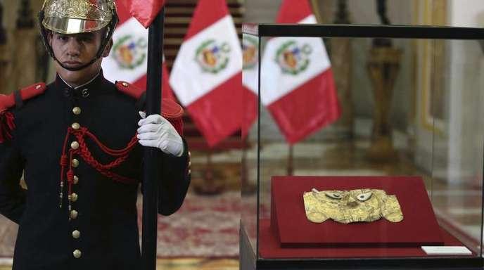 Gut bewacht:Die Totenmaske wird im Regierungspalast ausgestellt.
