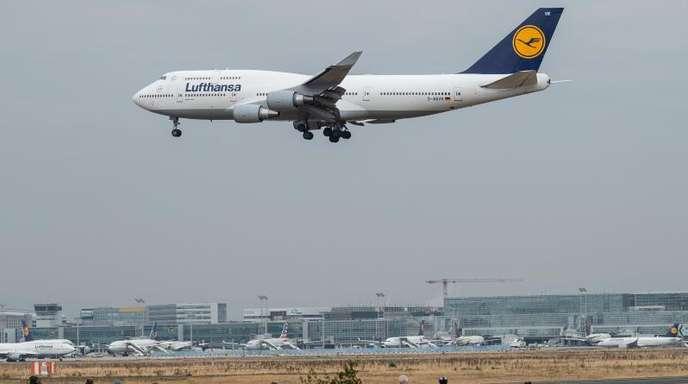 Gut ausgelastet: Eine Boeing 747 der Lufthansa fliegt beim Landeanflug auf Frankfurt über der Autobahn A5.