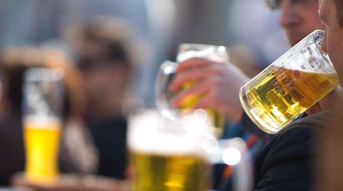 Gäste eines Lokals trinken Bier.