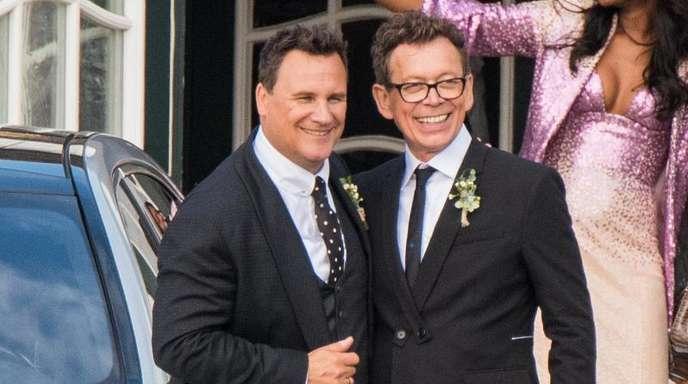 Guido Maria Kretschmer (l), Modedesigner und Moderator, und sein Mann Frank Mutters nach dem Jawort auf Sylt.