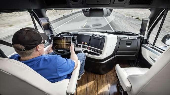 Blick ins Cockpit eines autonom fahrenden Lkw des Herstellers Freightliner.