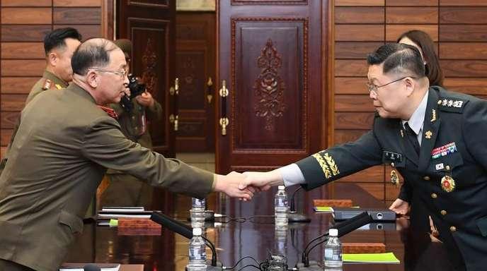 Nord- und südkoreanische (r) Militärs beim Handschlag in Panmunjom.