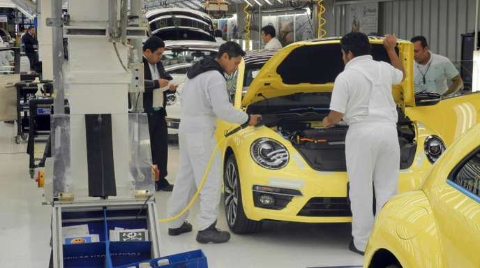 Mitarbeiter des VW-Werks in Puebla montieren einen Beetle.