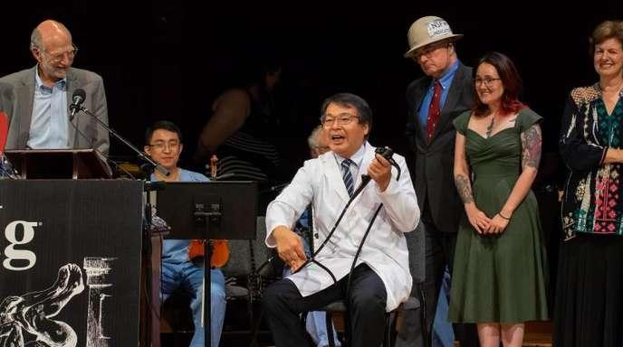 Akira Horiuchi (M) hält an der Universität Harvard seine Dankesrede für die Auszeichnung mit dem Ig-Nobelpreis in der Kategorie Medizinische Bildung.