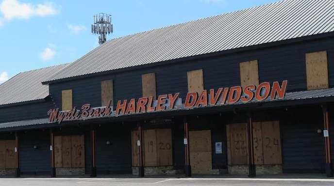 Eine Filiale der Motorrad-Marke «Harley Davidson» in der Nähe der Stadt Myrtle Beach im US-Bundesstaat South Carolina ist verbarrikadiert.