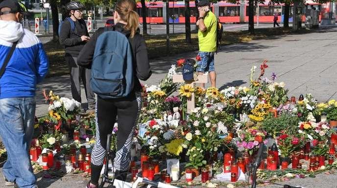 Blumen und Kerzen erinnern in Chemnitz an den getöteten 35-Jährigen.