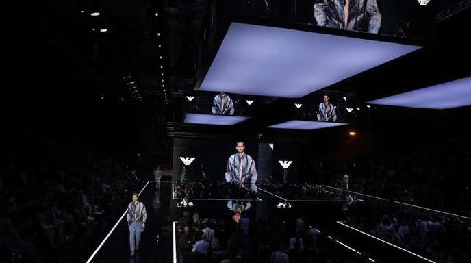 Zur Fashion Week in Mailand lockte Emporio Armani die Modewelt in einen Hangar.