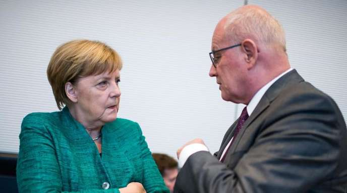 Will weiterhin Vorsitzender der CDU/CSU-Bundestagsfraktion bleiben: Volker Kauder im Gespräch mit Kanzlerin Angela Merkel.