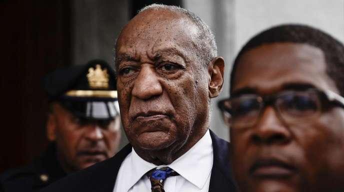 Bill Cosby verlässt nach einer ersten Sitzung zur Verkündung seines Strafmaßes das Montgomery County Courthouse.