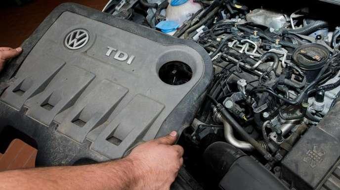 Ein vom Abgas-Skandal betroffener VW-Dieselmotor vom Typ EA189 in der Werkstatt.