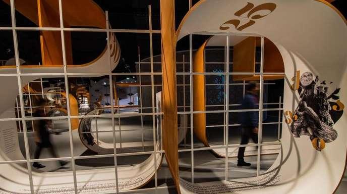 Im Ehrengast-Pavillon stehen übergroße Buchstaben, die das georgische Alphabet interpretieren.