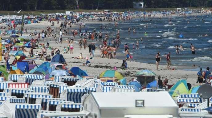 Sonnehungrige Touristen bevölkern den Strand des Ostseebads Binz auf Rügen. Dank des warmen Sommers erwartet der Deutsche Hotel- und Gaststättenverband das neunte Rekordjahr bei den Übernachtungszahlen in Folge.