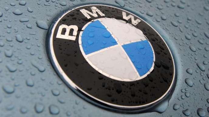 Firmenemblem eines BMW-Neuwagens auf dem Autoterminal der BLG Automobile Logistics Group in Bremerhaven.