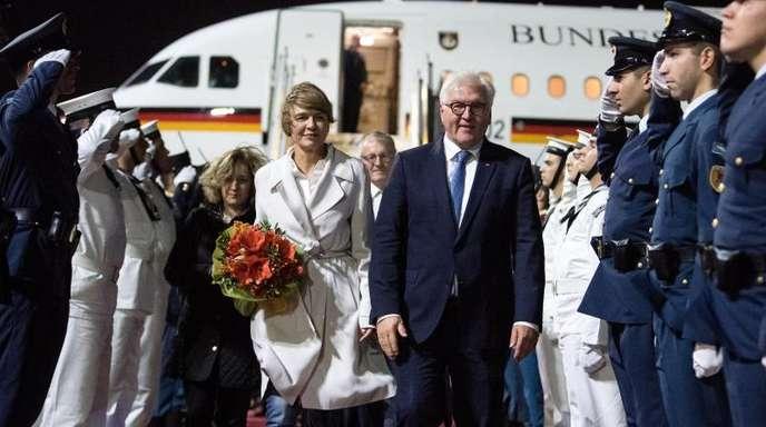 Bundespräsident Frank-Walter Steinmeier und seine Frau Elke Büdenbender kommen auf dem Eleftherios-Venizelos-Flughafen Athen an.