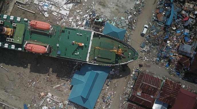 Die Luftaufnahme zeigt ein Schiff, das nach dem Erdbeben an Land gestrandet ist.