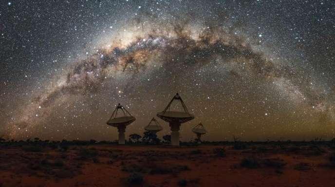 Das undatierte Foto zeigt die Milchstraße über dem ASKAP-Radioteleskop-Array im Murchison Radio-Astronomie-Observatorium.