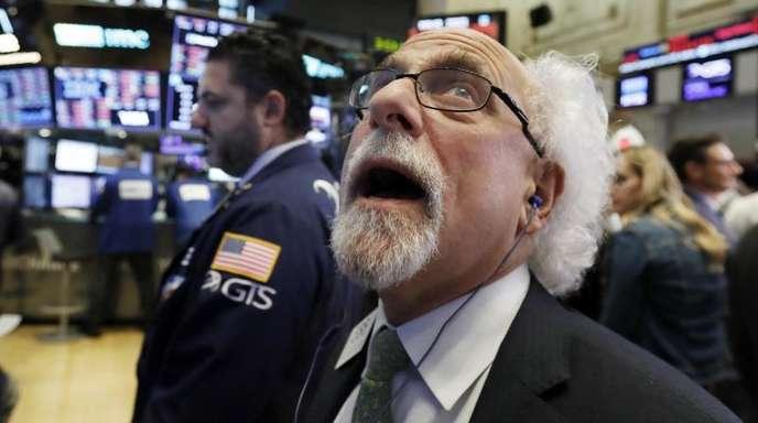 Händler Peter Tuchman schaut an der New Yorker Börse auf eine Anzeigentafel.