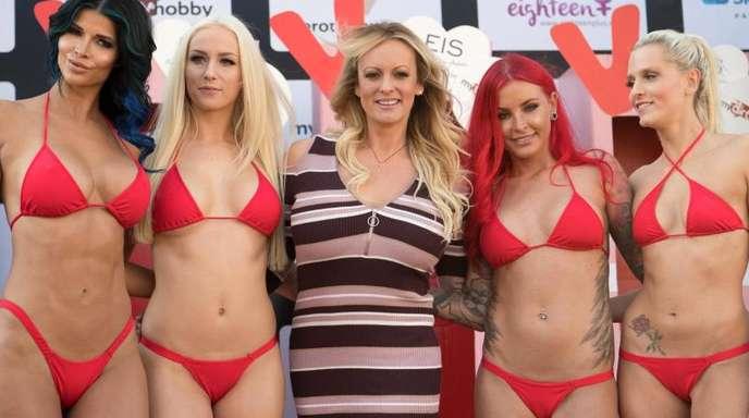 US-Erotikstar Stormy Daniels (M) eröffnet mit anderen Models die Erotikmesse.