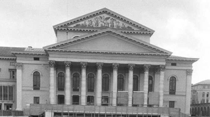 Das im Zweiten Weltkrieg zerstörte Nationaltheater in München wurde wieder aufgebaut und 1963 wieder eröffnet.