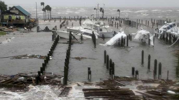 Beschädigte Boote und Trümmer liegen im Yachthafen von Port St. Joe.