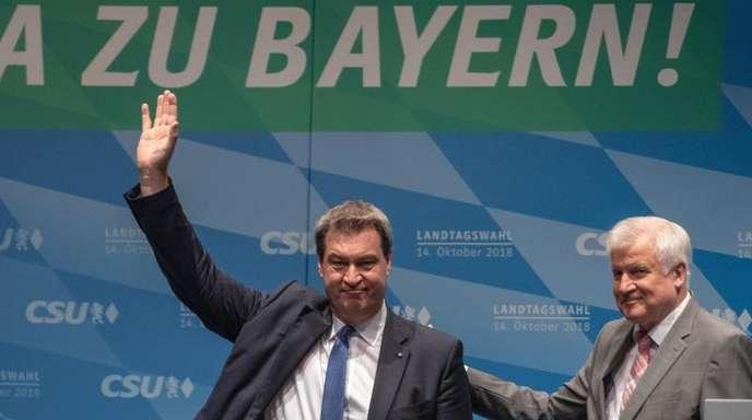 Bayerns Ministerpräsident Markus Söder (l) und Bundesinnenminister Horst Seehofer während einer Wahlkampfkundgebung in Ingolstadt.