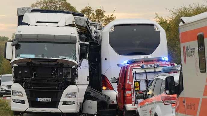 Nach dem Zusammenstoß stehen ein Reisebus und ein Sattelzug auf der Landesstraße 722 bei Hockenheim.