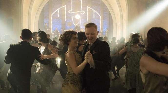 Liv Lisa Fries (Mitte, l) als Charlotte Ritter in einer Szene der Krimiserie «Babylon Berlin».