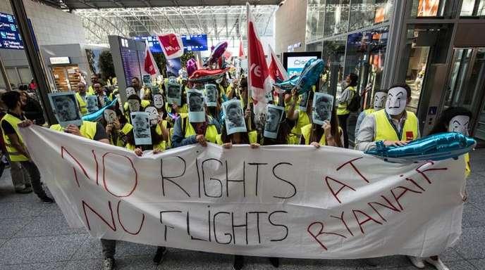 Ryanair-Flugbegleiter demonstrieren am Frankfurter Flughafen: Die Androhung weiterer Streiks bei Europas größtem Billigflieger steht nach wie vor im Raum.