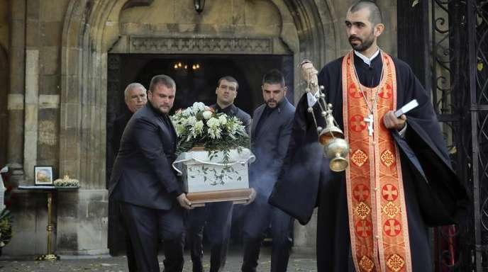 Der Sarg der ermordeten Fernsehjournalistin Wiktorija Marinowa wird aus der Kathedrale Sweta Troiza in Russe getragen.