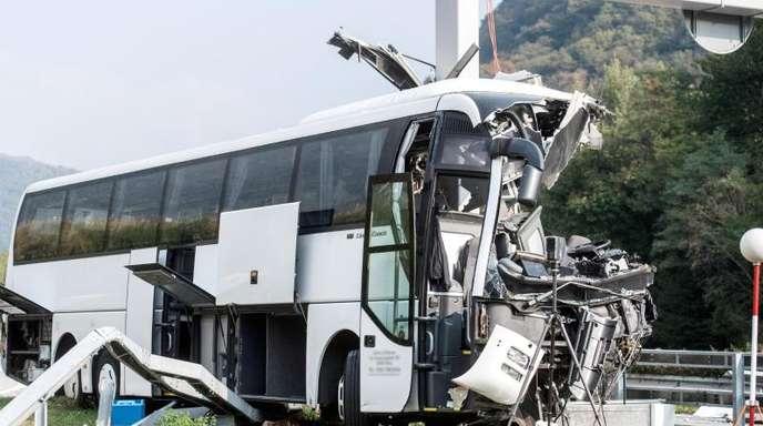 Der verunglückte deutsche Reisebus auf der Autobahn A2 im Schweizer Kanton Tessin.