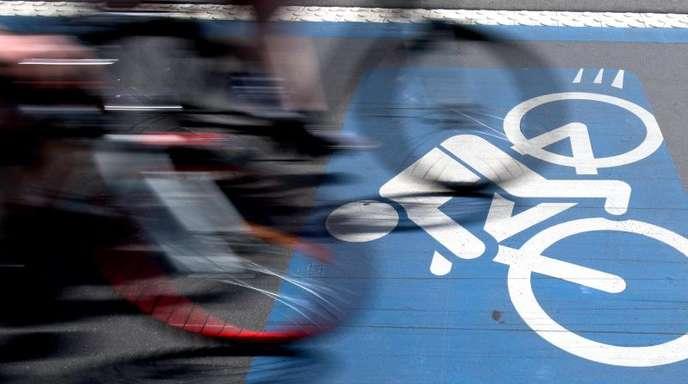Radfahrer auf einem Radweg.