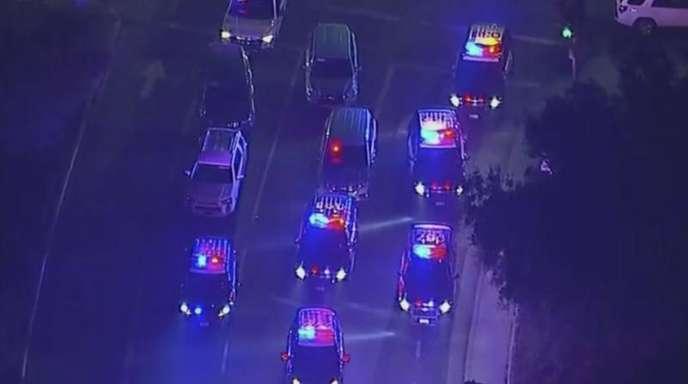 Polizeifahrzeuge sperren eine Kreuzung in der Nähe der Bar, in der mehrere Schüsse gefallen sind.