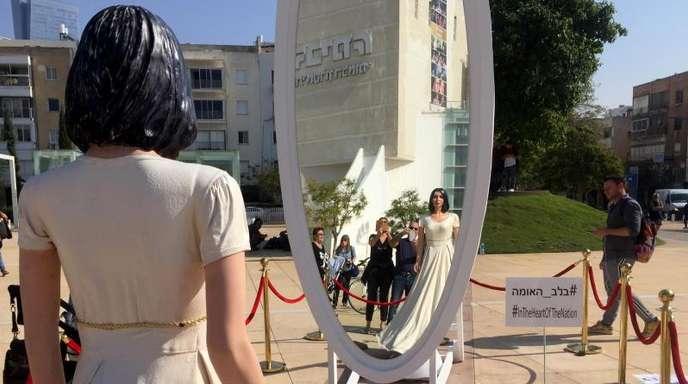 Eine lebensgroße Figur von Kulturministerin Miri Regev (Likud) vor dem Nationaltheater als böse Schneekönigin vor einem Spiegel.