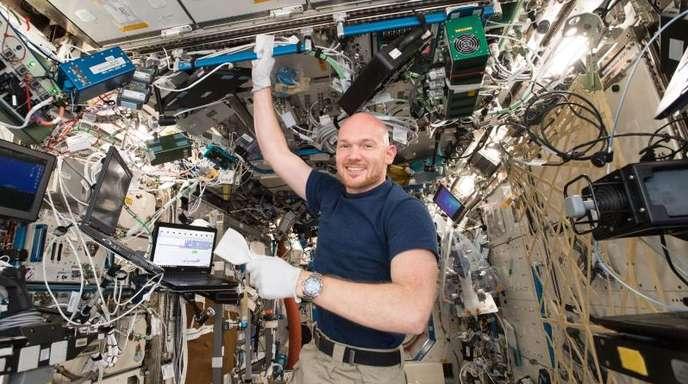 Alexander Gerst beim wöchentlichen Putzen auf der Internationalen Raumstation ISS.