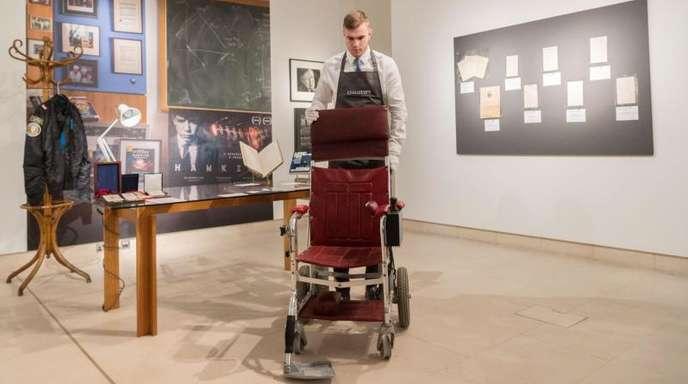 Stephen Hawkings Rollstuhl wurde inLondon versteigert.