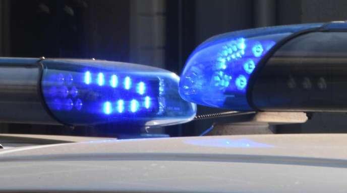 Blaulichter von Polizeifahrzeugen. In Bochum läuft ein größerer Polizeieinsatz im Bereich einer Tankstelle im Stadtteil Langendreer.