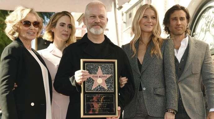 Ryan Murphy (m.) nach der Verleihung mit den US-Schauspielerinnen Jessica Lange, Sarah Paulson und Gwyneth Paltrow sowie Paltrows Mann Brad Falchuck