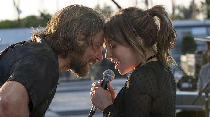 """Bradley Cooper als Eddie Brock und Lady Gaga als Ally in einer Szene des Films """"A Star Is Born"""":"""
