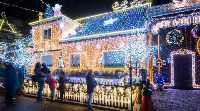 Seit Mitte Oktober war Mario Leicht mit dem Aufbau seines Weihnachtshauses beschäftigt.