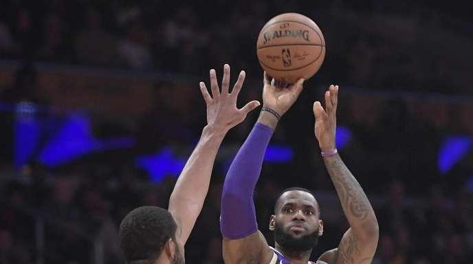 LaMarcus Aldridge (l) von den Spurs verteidigt gegen Lakers-Star LeBron James.