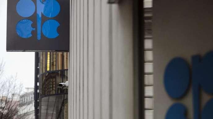 Das Logo der OPEC, der Organisation erdölexportierender Länder steht am Hauptquartier der OPEC in Wien.
