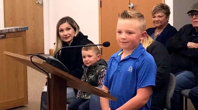 Der neunjährige Dane Best vor Gemeinderatsmitgliedern.