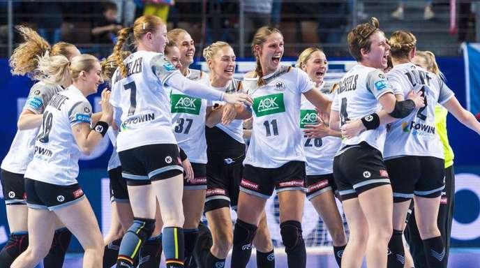 Die deutschen Spielerinnen feiern nach dem Abpfiff den Sieg über Tschechien.